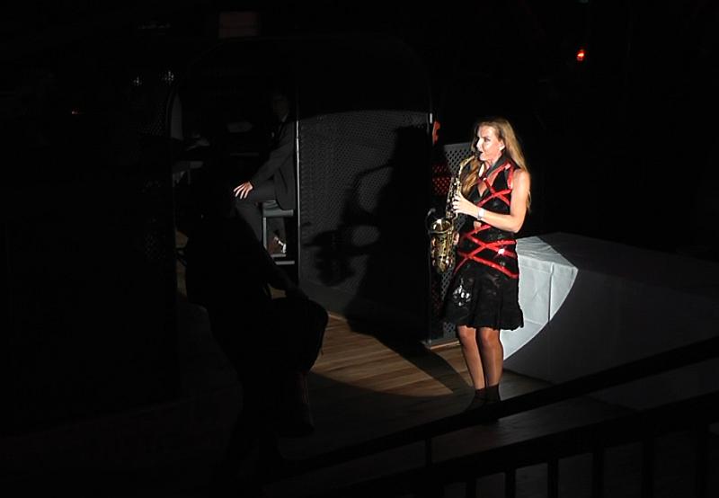 Abseilshowact - das fliegende Saxophon Ines Weber