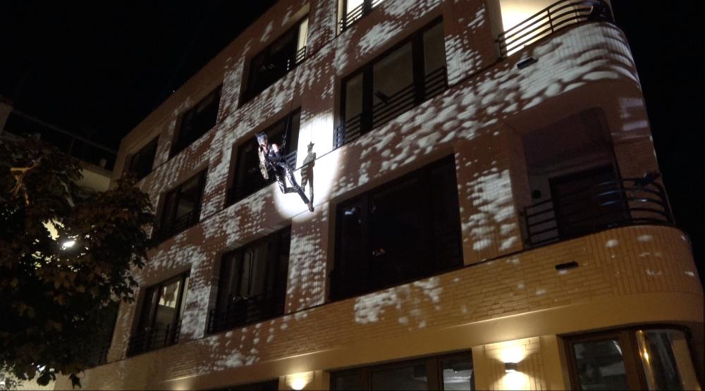 Catwoman SaxCat Ines Weber an einem Bürogebäude