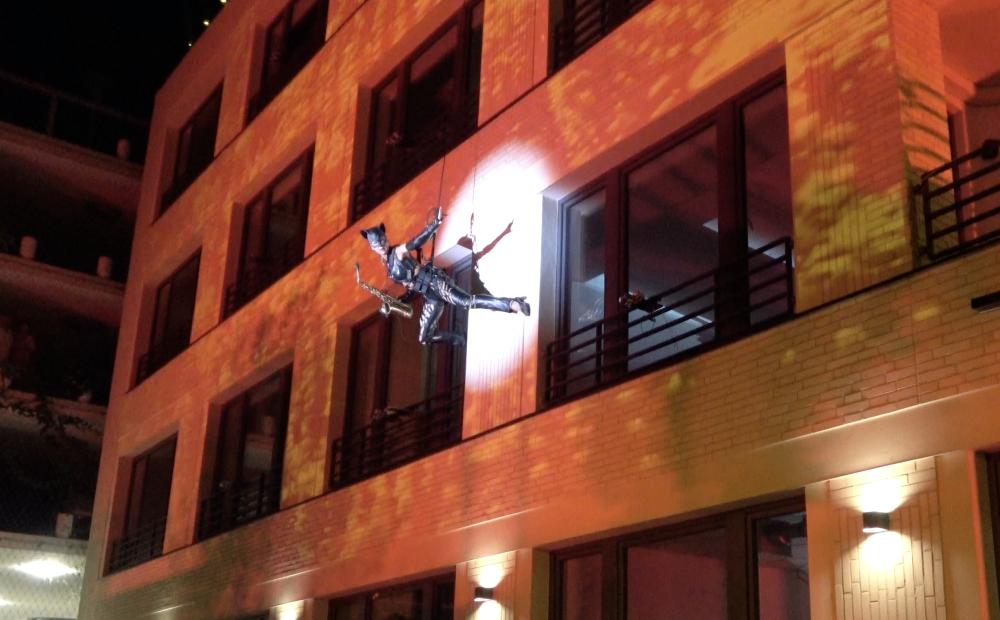 SaxCat Fliegendes Saxophon Ines Weber an einer Hausfassade