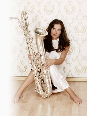 saxophonistin_ines_sitzend