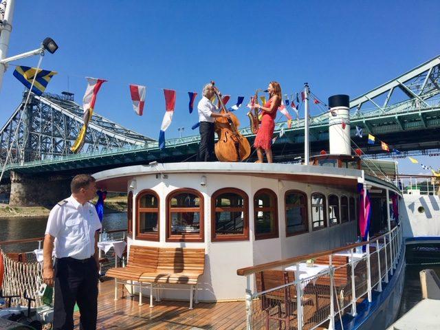 Das swingende Duo BarWeaver mit Kontrabass und Saxophon auf einem Schiff
