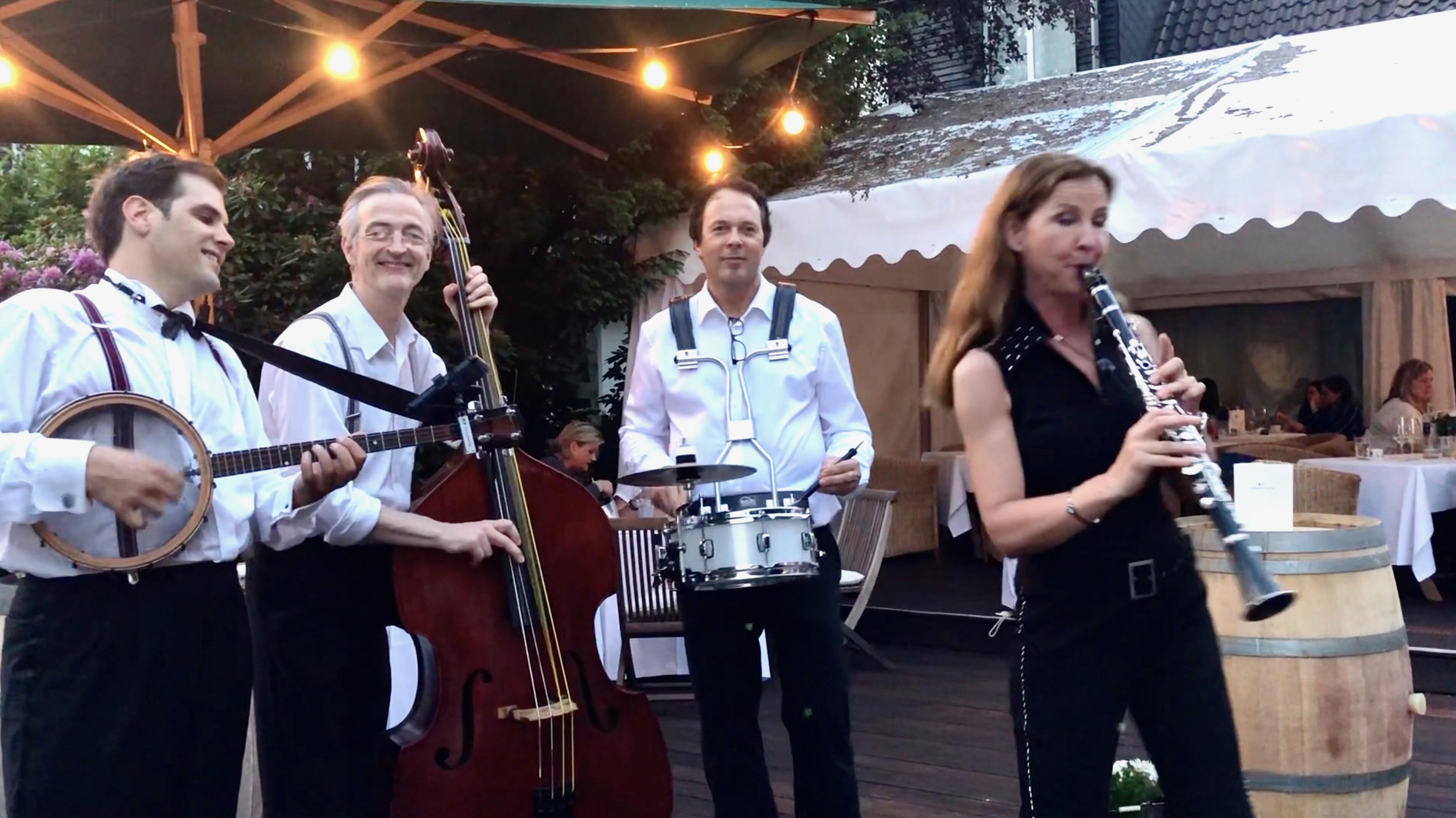 Walking Act  und Swing-Vergnügen - Saxophonistin Ines Weber mit Band