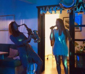 Saxophon-Show mit Ines Weber und Sängerin bei einer Feier