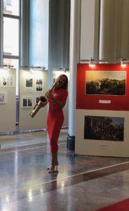 Ines Weber spielt Saxophon auf einer Ausstellung