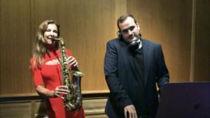Saxophonistin und Kollege vor dem Auftritt