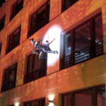 Fassadenlauf: SaxCat Ines Weber mit dem Flyingsaxophon