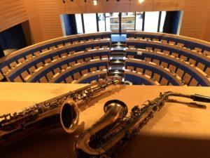 Saxophone liegen in einem Auditorium - kurz vor dem Auftritt