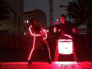 Saxophonistin Ines Weber im LED-Kostüm mit Drummer