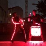 Saxophonistin Ines Weber im LED-Kostüm mit Saxophon und Drums