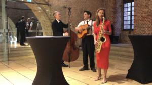 Saxophonistin Ines Weber begrüßt eintreffende Gäste musikalisch