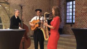 Musiktrio mit Kontrabass, Gitarre und Saxophon auf einer Fachkonferenz