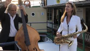 Saxophonistin Ines Weber auf dem Schiff